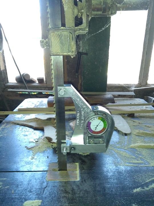Измерване силата на опъване на банцигова лента с динамометър